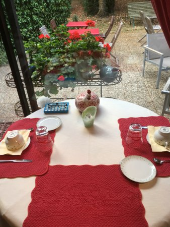 Saint-Jean-le-Blanc, Francja: Salle du petit déjeuner la table
