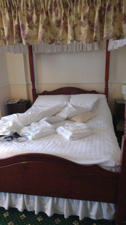 Eastmount Hall Hotel: Lovely comfortable four poster bed