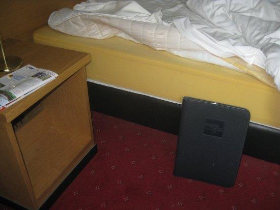 Хофддорп, Нидерланды: Bed 18 inches from the floor. Just foam over wood. Horrible sleep.