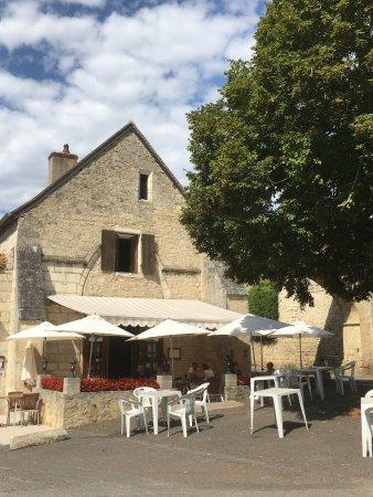 Saint-Amand-Montrond, Fransa: Auberge face à l abbaye à visiter
