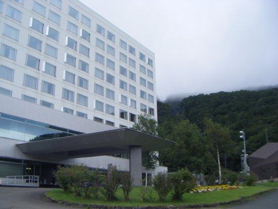 Shizukuishi-cho, Japonya: 山の中にすっくと建って、立派です。
