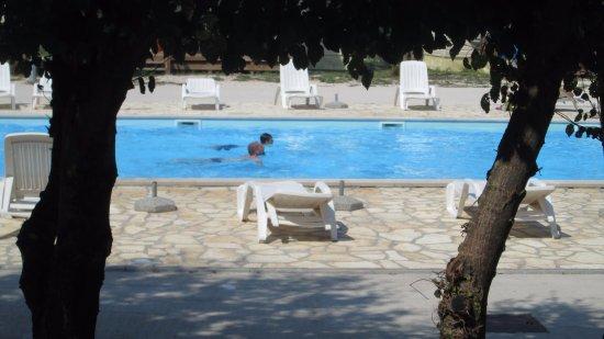 Zaton, โครเอเชีย: Pool mittig der Mobilhomes und er wurde jeden Tag gereinigt
