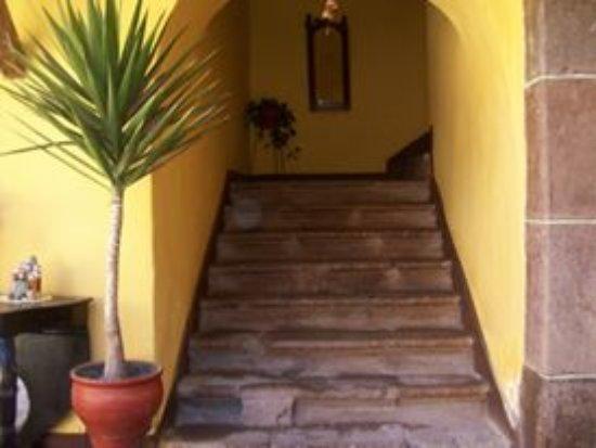 Hostal Quipu Cusco: Escalera del primer piso.