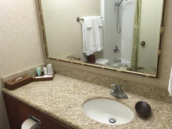 Ohana Waikiki Malia: ラナイとバスルームが狭い。浅めのバスタブ有り。