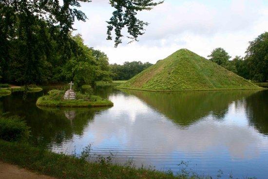 Cottbus, Allemagne : pyramide sur eau