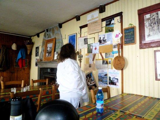 Una parete della sala