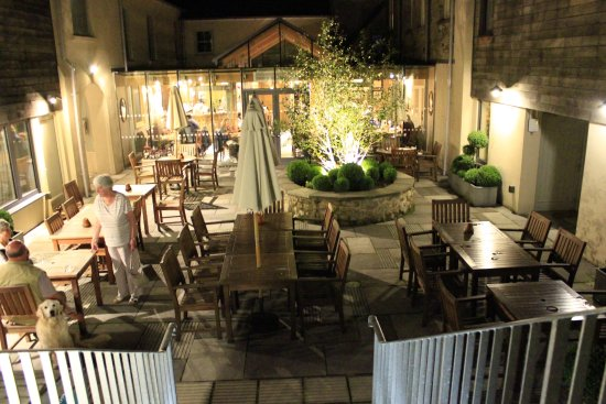 Chagford, UK: The Courtyard and Dining Room at night