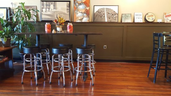 Tallapoosa, GA: Bar stand and paintings