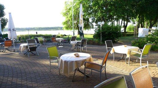 Pawesin, Germany: Gästeterrasse am See vor dem Restaurant