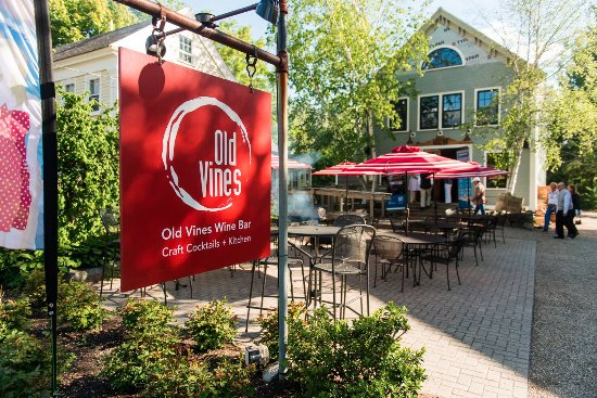 Kennebunk, Мэн: our outdoor patio is open nightly
