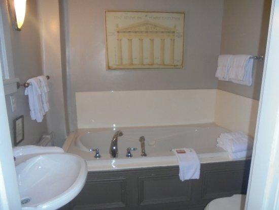 Hotel Belvedere : baignoire avec jacuzzi integre