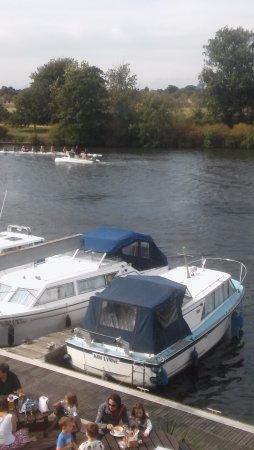 Surbiton, UK: Riverside views. Plenty of things to watch.