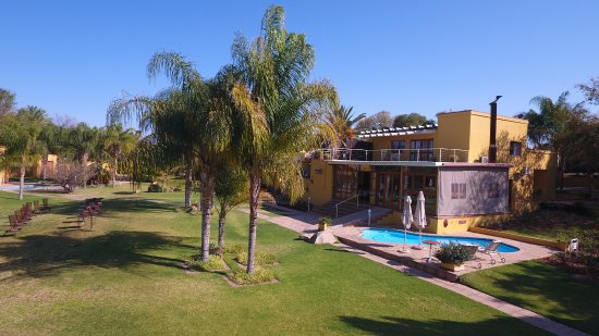 Upington, Sudafrica: Hotel grounds and swimming pool