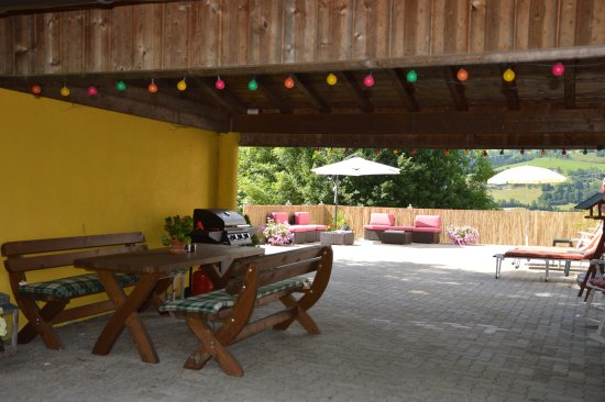 Niedernsill, Austria: Grill with seating area