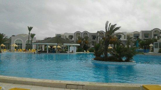 Holiday beach : image-0-02-01-0f241505429ebcbadb5a93d92d58f1bce9e7878e872b9a8364290d443923edf2-V_large.jpg
