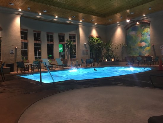 Los Banos, Californien: Warm 24 hour indoor pool is a nice touch