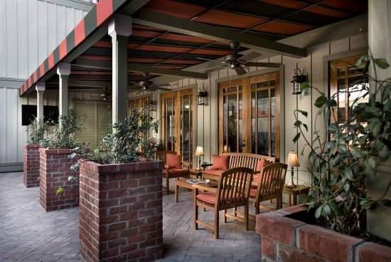 The Inlet Sports Lodge: Outdoor Courtyard
