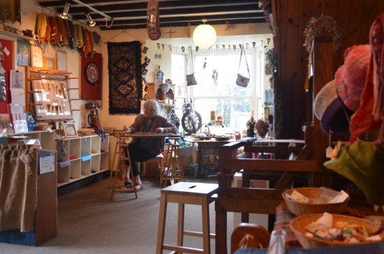 Trefriw, UK: With her dibber she makes a little hole and the 'rag rug' is born.
