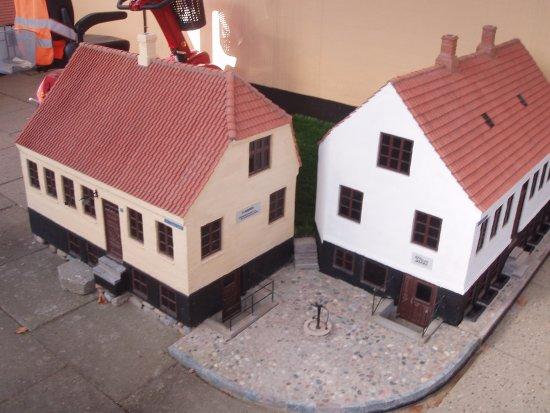 Mogensgade 15  (til venstre)og Pumpetorvet. Begge bygninger er revet ned. Model fra Viborg Minib