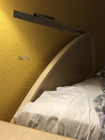 Turlock, Californië: We got a room with a broken headboard & broken toilet. I guess you can't expect different from a