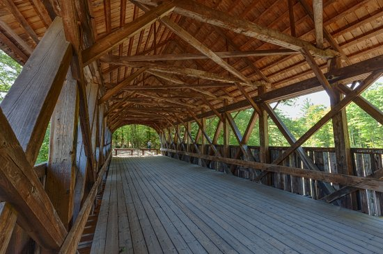 Bethel, ME: Beautiful wooden bridge over Sunday River