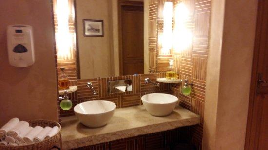 Joigny, France : Les toilettes.