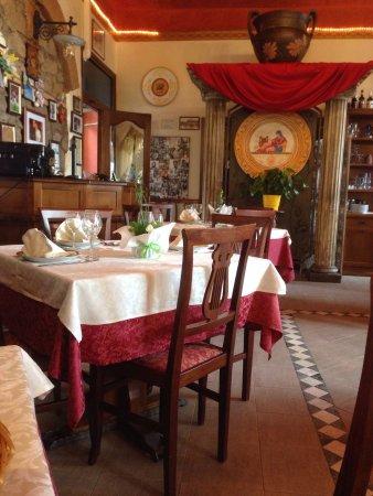 Lanuvio, Italien: Un angolo della sala...