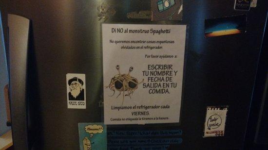 Tribu Hostel: La cocina y un cartel muy chistoso en la heladera!