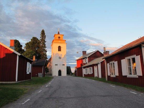 Luleå, Swedia: 夕日に照らされて黄金に輝く鐘楼