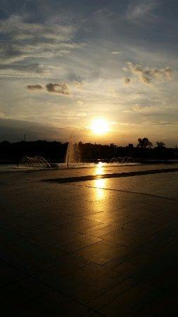 Belpasso, إيطاليا: Tramonto sulla fontana