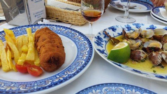 Ecija, Spanien: Flamenquín y almejas