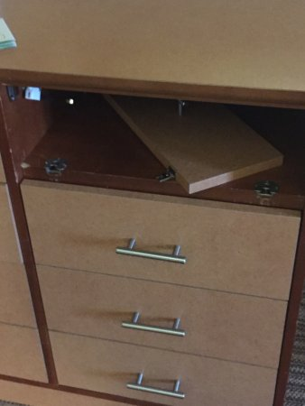 Lombard, IL: Broken dresser