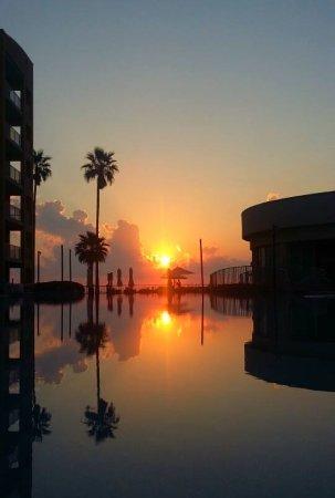 Peninsula Island Resort & Spa: Sunrise at the Pool
