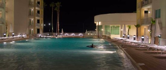 Peninsula Island Resort & Spa: Pool at night