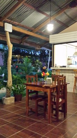 San Vito, Costa Rica: Outside dining - perfect!!
