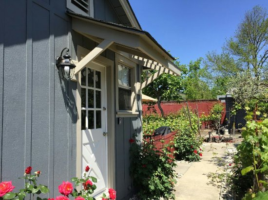 Andrea's Hidden Cottage: Remodeled in 2016 and fabulous! Quaint, cozy and so comfortable.