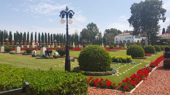 Acre, Israël: Gardeners working in the gardens