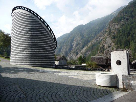 Mogno, Swiss: Esterno con fontana