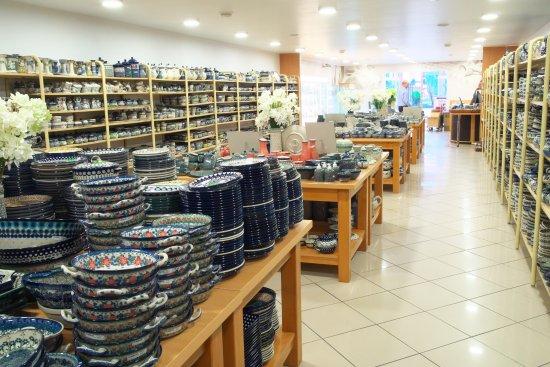 Boleslawiec, Pologne : Ceramika Artystycznaの店内。様々なポーリッシュポタリが並べられている。