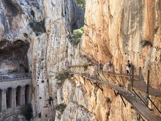 Алора, Испания: pasarela nueva se ve a un metro y medio más abajo la vieja