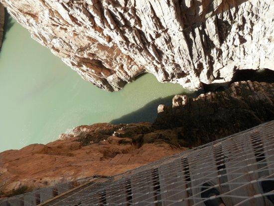 Alora, إسبانيا: Se puede mirar abajo desde el puente colgante
