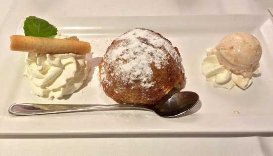Eemnes, Países Baixos: Appledumpling with cinnamon icecream. TIP: Ask them to bring a fork as well!