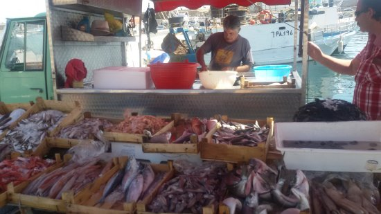 Porticello, Ιταλία: Vendita pesce al porto