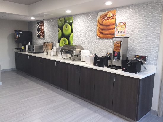 Effingham, IL: Breakfast Serving Area