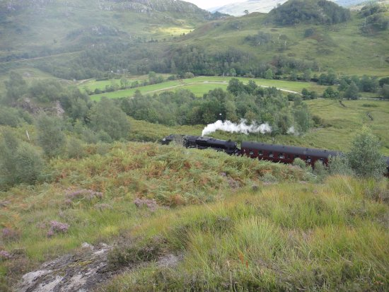 Glenfinnan, UK: Train des Jacobites avant d'arriver au viaduc