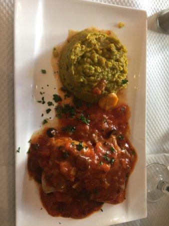 Монруж, Франция: Salade de saumon en entrée et dos de cabillaud sauce tomate avec duo de purée en accompagnement