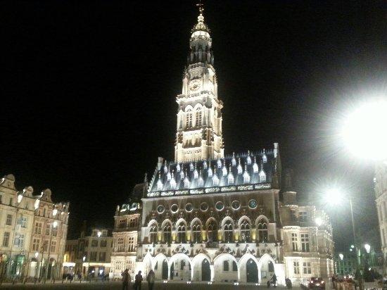 Arras, فرنسا: Superbe la nuit aussi  Profitez des petits restos autour des places.