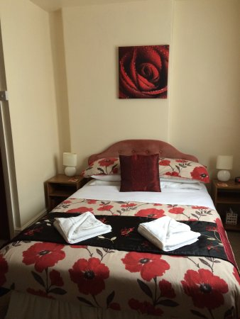 Rhos-on-Sea, UK: Our lovely, cosy, clean double room (which actually could have had a third person in a single be