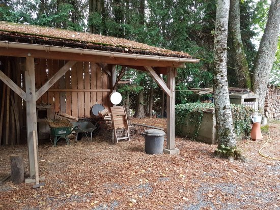 Moutier-Malcard, Francja: Zijkant van het huis, in de tuin