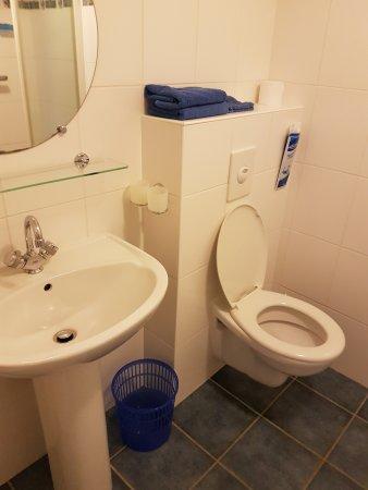 Moutier-Malcard, Francja: Toilet met wastafel. Stopcontact aanwezig voor bv een fohn.